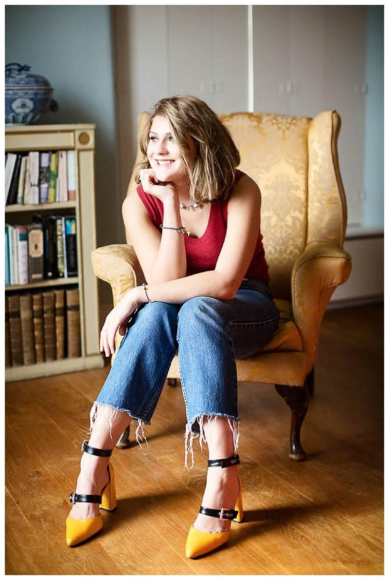 en photo shoot Sophie in chair